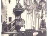 widok na ambonę i ołtarz główny