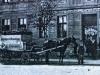 fragment pocztówki na którym widać wóz firmowy browaru Lebender