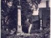 budynki przy plebanii i pomnik poległych