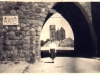 widok na ruiny starego miasta przez Bramę Pyrzycką