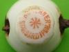 sygnatura firmy Werner na stopce porcelanki z browaru Lyko